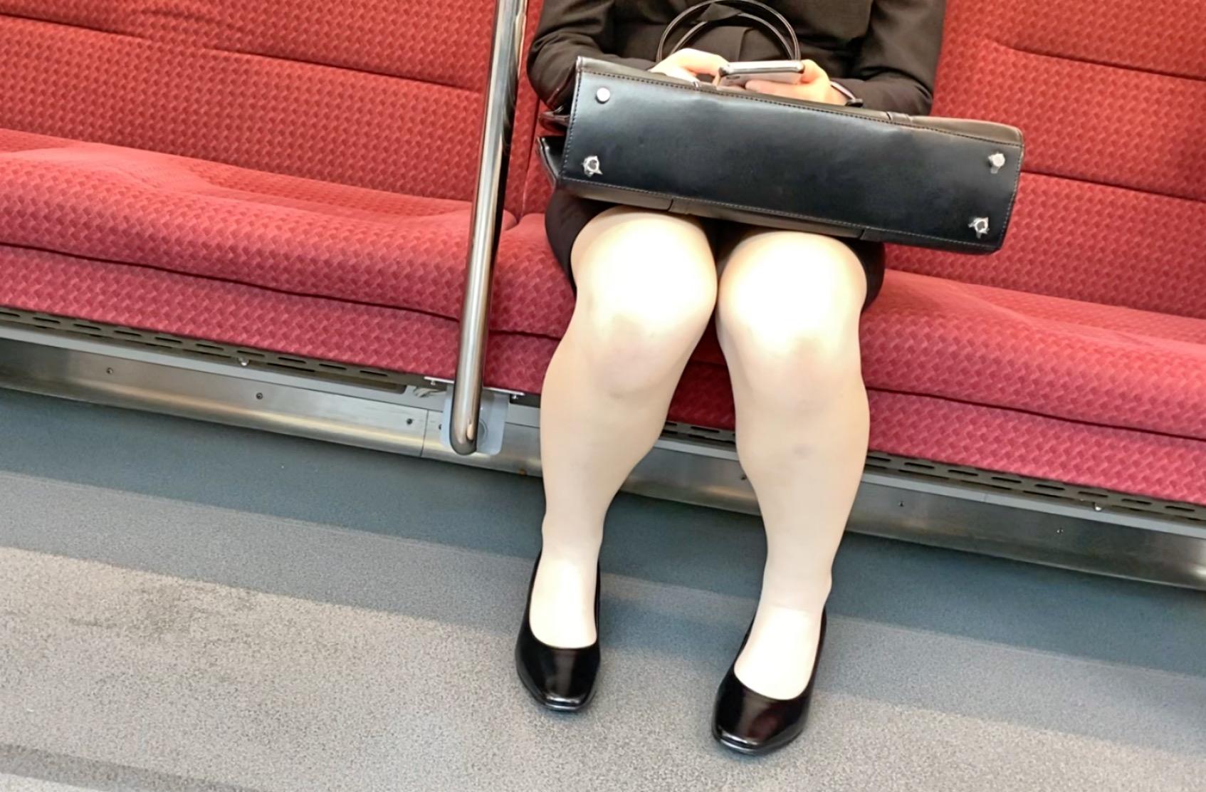 指示されて、電車の中で太ももを晒すオンナは視姦されて興奮