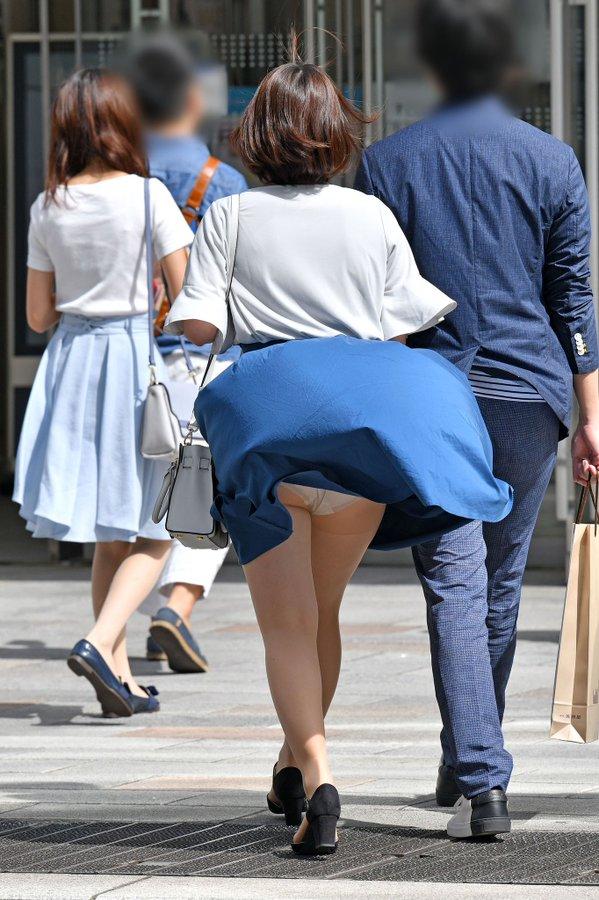 風でスカートがまきあがって、パンチラしちゃったセクシーショット