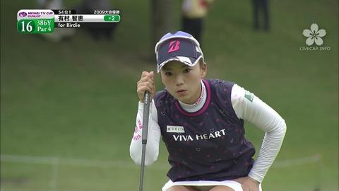 【有村智恵】しゃがみパンチラのお姉さま美女ゴルファー